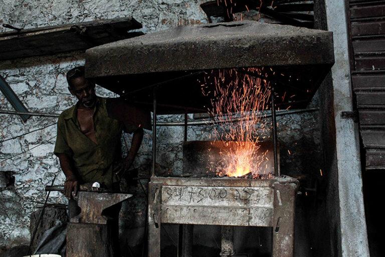 Zé Diabo aquecendo os ferros na forja (antes da reforma). Fotografado por Lucas Marques, 2013.
