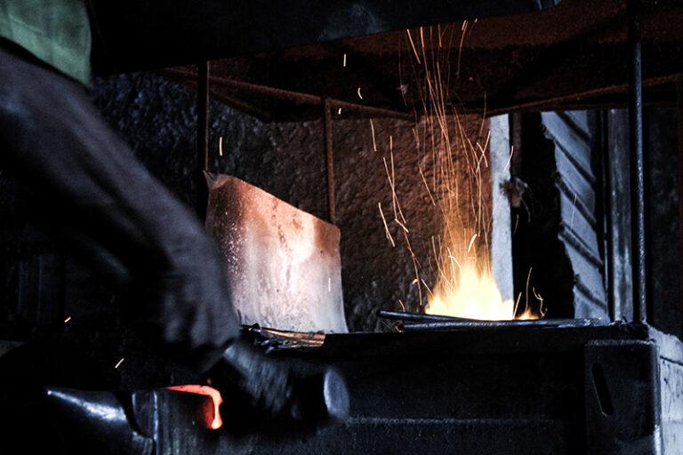 Zé Diabo forjando o ferro (antes da reforma). Fotografado por Lucas Marques, 2013.