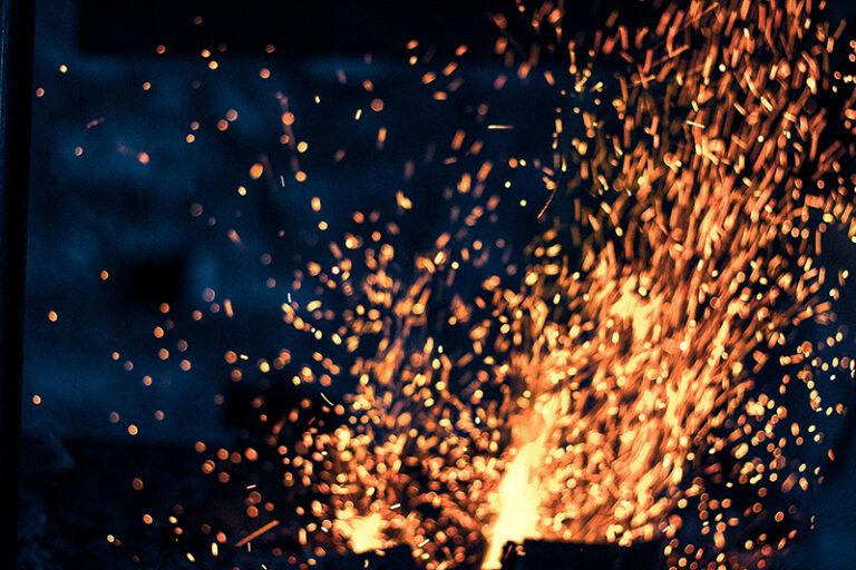 Fogo se espalhando pela forja (antes da reforma). Fotografado por Lucas Marques, 2013.
