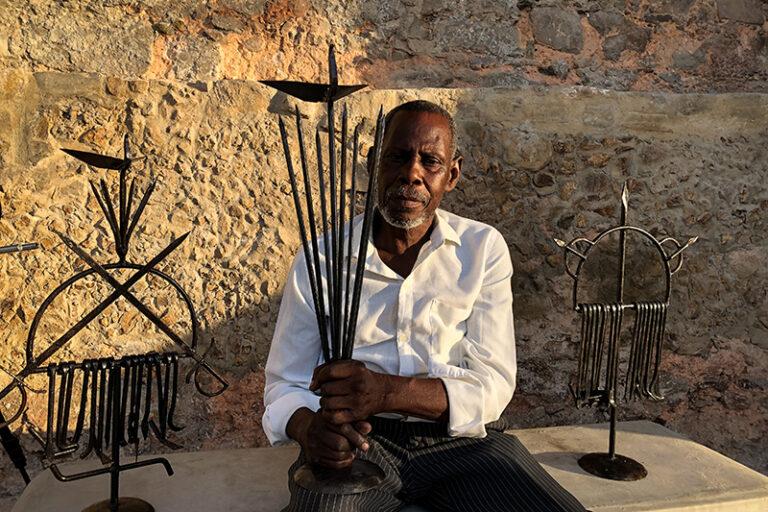 Retrato de Zé Diabo com ferramentas (Ogunjá, Ossain e Oxóssi). Fotografado por Alana Silveira, 2021.