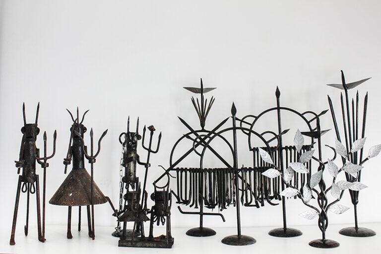 Ferramentas produzidas por Zé Diabo como parte da exposição Alágbedé. Fotografado por Lucas Marques, 2021.